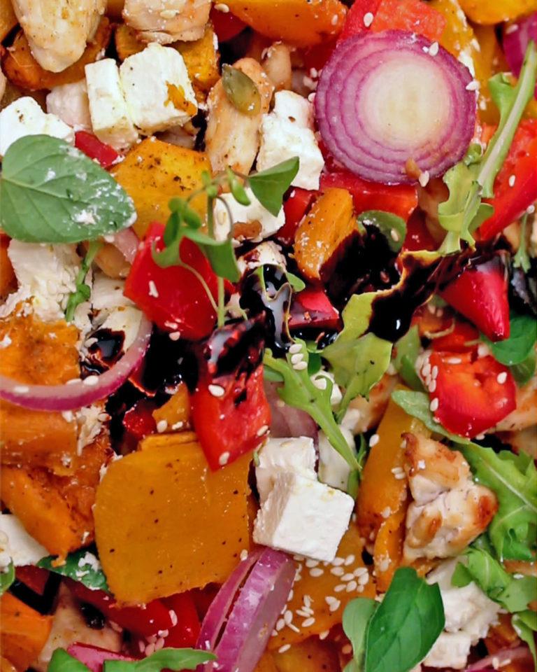 Obrok salata sa pečenom budevom i piletinom