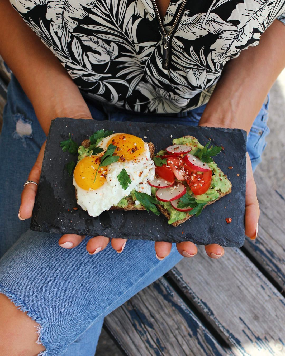 Guacamole avokado namaz na tostu sa jajetom