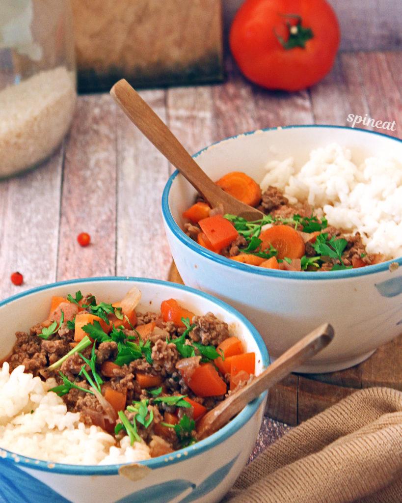bolonjeze sos sa mlevenim goveđim mesom i bazmati pirinčem, serviran sa povrćem u ragu sosu