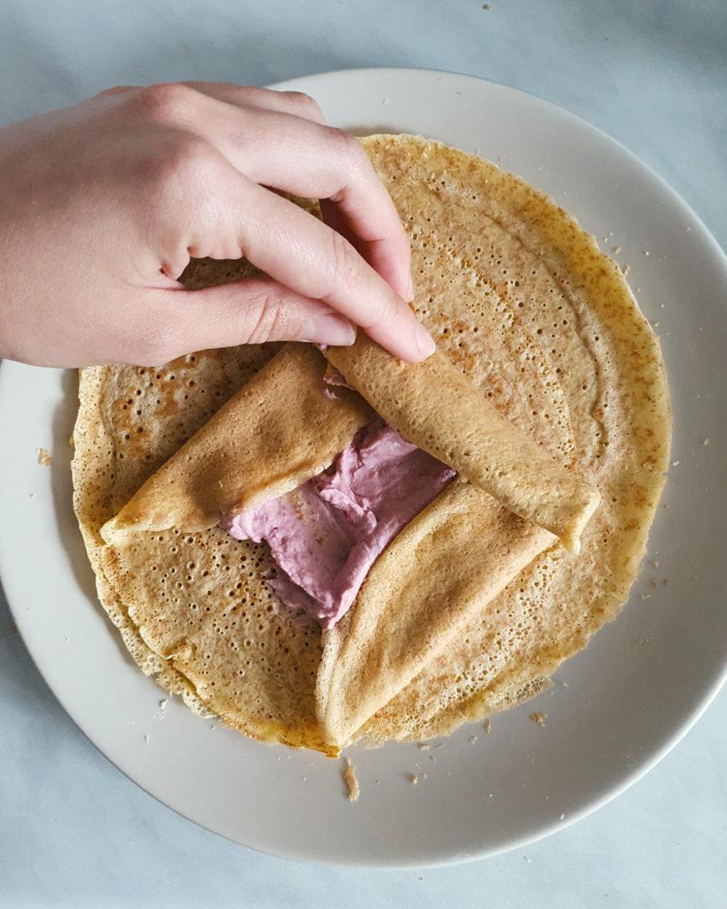 proteinski slatkiš sa malinama, palačinka sa proteinskim namazom sa malinama, grčkim jogurtom i kikiriki puterom